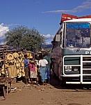 Great East Road: Verkäufer bieten Passagieren des Busses ihre Waren an (informeller Sektor) - Luangwa-Bridge