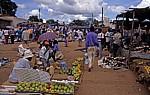 Markt: U.a. Obst-, Kleider- und Schuhstände  - Malingunde