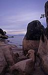 Livingstonia Beach: Blick zwischen den Felsen durch auf den Malawisee - Senga Bay
