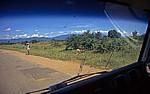 Minibusfahrt Salima - Monkey Bay: Fahrgast wartet an der Straße - Central Region