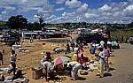 Busfahrt Blantyre - Harare: Tete-Korridor - Informeller Sektor: Verkaufsstände am Straßenrand - Provinz Tete
