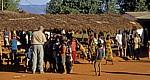 EIn Tourist begeistert die Kinder mit seiner Videokamera - Chiwerewere