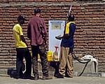 Tankstelle: Kunden an einer Zapfsäule - Karonga