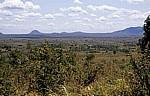 Blick über die Landschaft auf die Uluguru Mountains (Gebirgskette) - Selous Kisaki Road