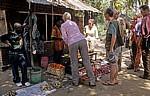Kleiner Laden: Touristen kaufen Gemüse - Kisaki