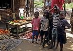 Kinder neben einem Gemüsestand - Kisaki