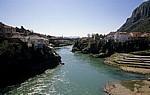 Stari Grad (Altstadt): Blick von der Stari most (Alte Brücke) auf den Fluß Neretva  - Mostar