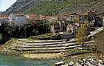 Stari Grad (Altstadt): Blick von der Stari most (Alte Brücke) auf kriegsbeschädigte Häuser - Mostar
