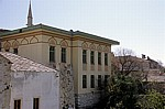 Stari Grad (Altstadt): Blick von der Stari most (Alte Brücke) - Renoviertes Haus - Mostar