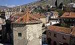 Stari Grad (Altstadt): Blick vom Kule Tara (Turm Tara) u. a. auf kriegsbeschädige Häuser - Mostar