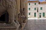 Stari Grad (Altstadt): Trg Republike Hrvatske (Platz der Republik) - Dalmatinac-Denkmal (Ivan Mestrovic)  - Sibenik