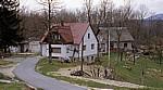 Blick auf den Ort: Wohnhäuser - Jezerce