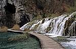 Donja jezera (Untere Seen): Holzsteg unterhalb der Wasserfälle zwischen Kaluderovac (links) und Gavanovac  - Nationalpark Plitvicer Seen